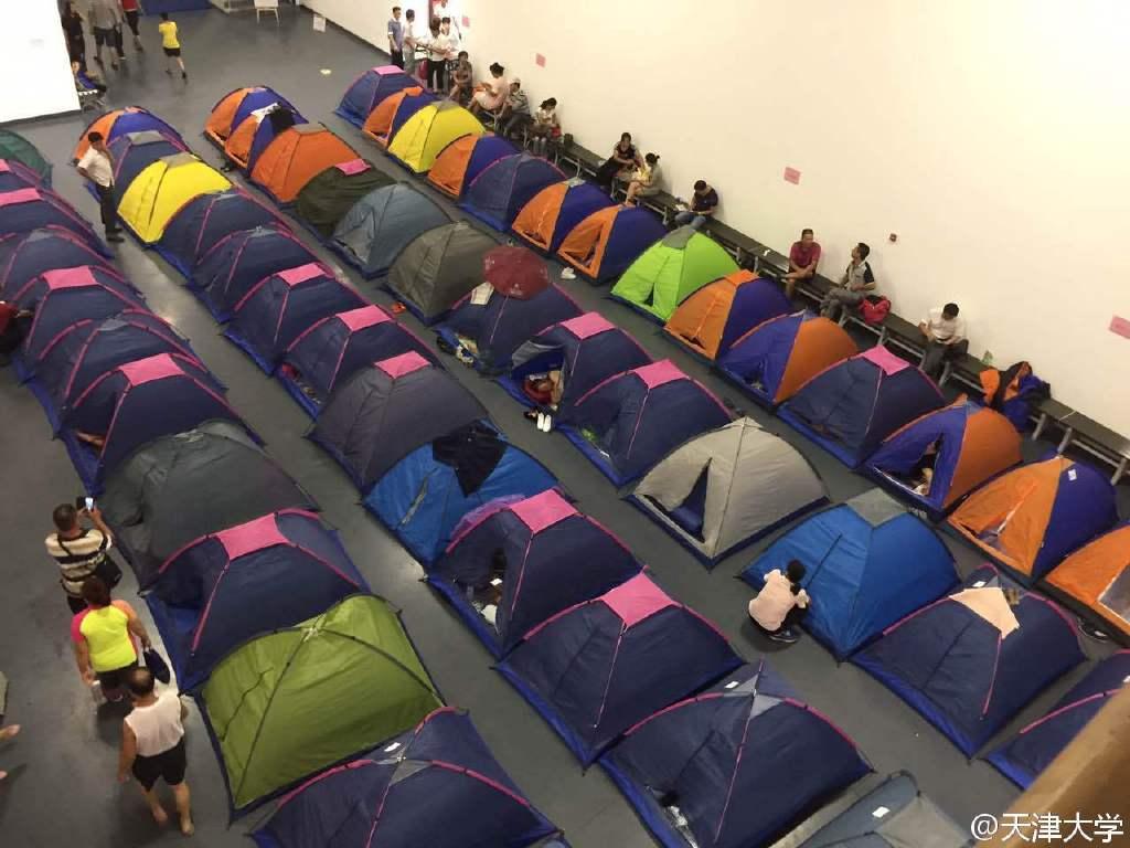 天津大学体育馆搭帐篷供新生家长住宿 图集