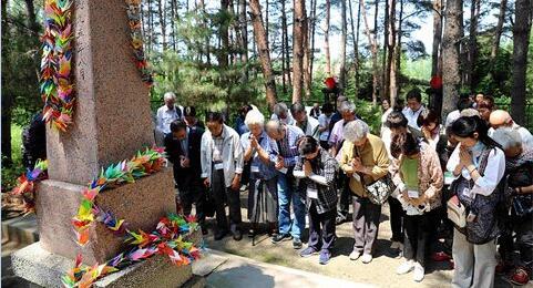 """日本遗孤代表赴""""中国养父母公墓""""祭扫"""