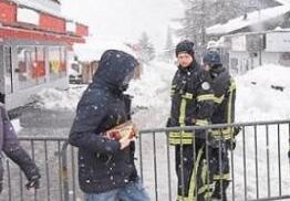 瑞士滑雪胜地面临雪崩风险 1.3万名游客被困