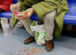 男子在北京地铁吃小龙虾并乱扔 因寻衅滋事被拘留