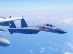 人民空军多型多架战机绕飞祖国宝岛