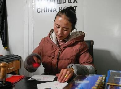 特写:珠峰脚下一个人的邮局