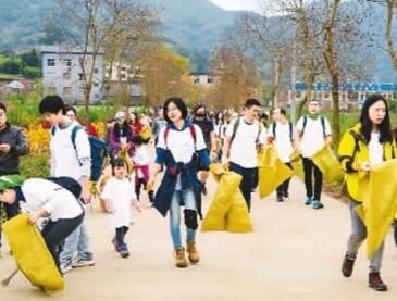 越来越多人义务捡拾垃圾 清洁环境是件很酷的事